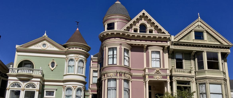 maison victorienne bleue sur ciel bleue