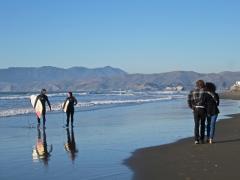 Photo : Ocean Beach avec surfeurs et promeneurs