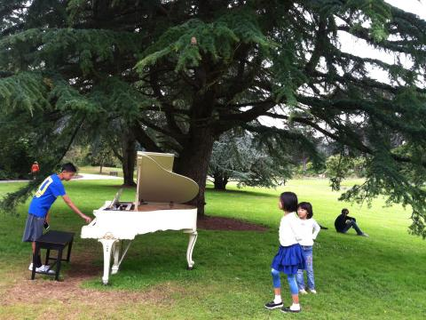 Photo : enfants avec piano blanc dans le parc du Golden Gate
