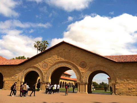 Photo : Entrée principale du campus de Stanford