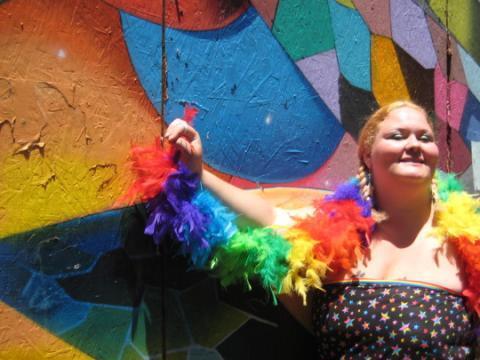 Poto : portrait avec écharpe arc en ciel LGBT San Francisco