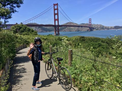 cycliste devant le Golden Gate Bridge