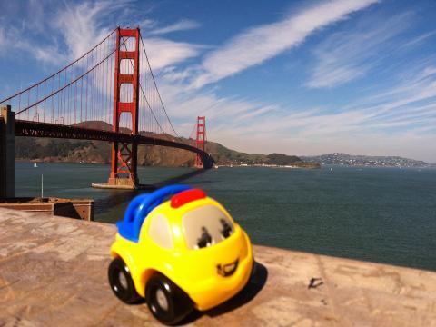 Photo : Voiture jouet devant le Golden Gate Bridge