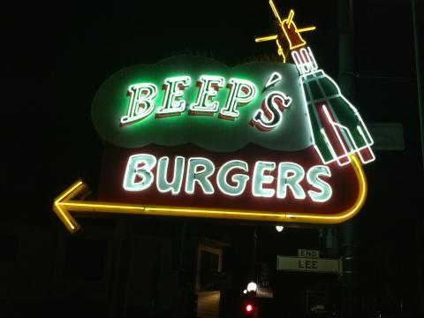 Photo : enseigne néon de nuit pour un restau de burgers