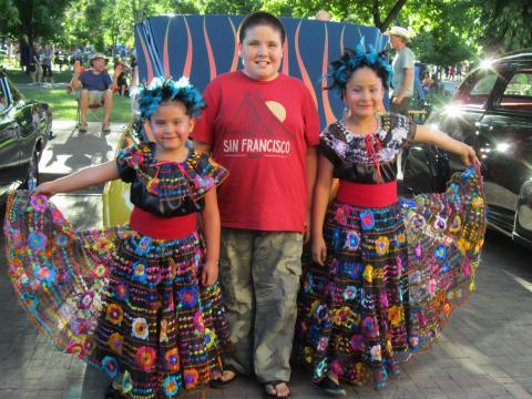 """Photo : 3 enfants en costume traditionnel mexicain et T-shirt """"San Francisco"""""""