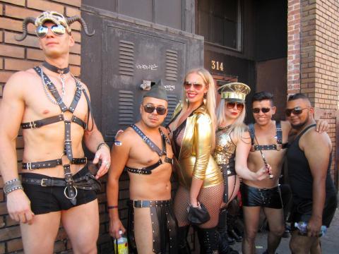 Photo : groupe très dénudé d'adeptes SM San Francisco
