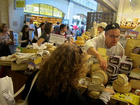 Marchands de fromage dans le Ferry Building San Francisco