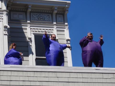 Photo : gens déguisés sur un toit à San Francisco