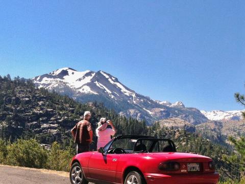 voiture décapotable dans la Sierra Nevada