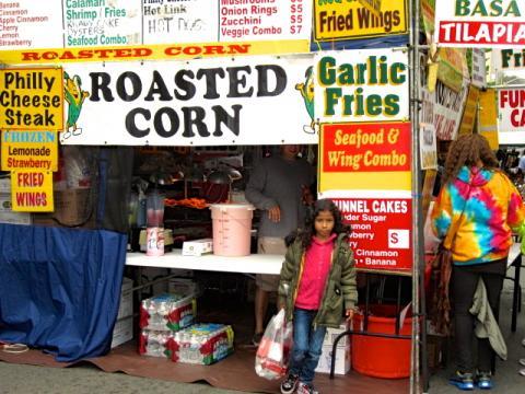 Photo : petite fille devant baraque foraine de restaurants