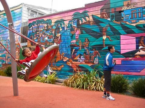 Photo : air de jeux avec fresques murales multicores