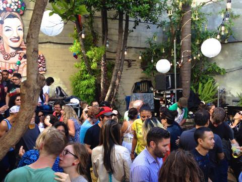 Photo : Jardin d'un bar salsa avec orchestre et danseurs